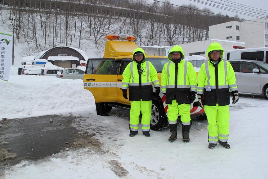 「冬の高速道路は私達が守っています」。イベント運営中に無理言ってすみません、カッチョよかったので思わずパチリ!