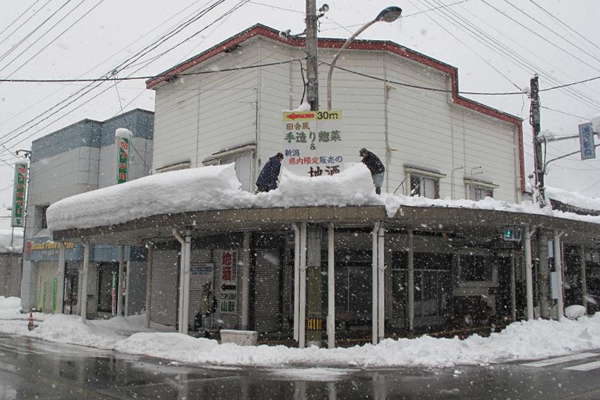 アーケードの上にこんなに雪が積もっているのに、道路は完璧に融雪されている。逆に考えると、この消雪設備が無かったら街の機能は麻痺してしまうのかもしれない