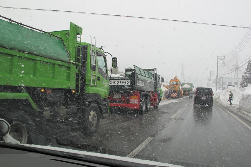 あっちもこっちも、除雪車とトラックがフル稼働。パーキングエリアには箱トラックに積もった雪を下ろすための設備もあるぞ