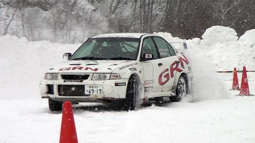4WDだからとか、デフが効いているからとか、そういう言葉だけではなかなか理解できないこの雪上トラクション性能。凄い