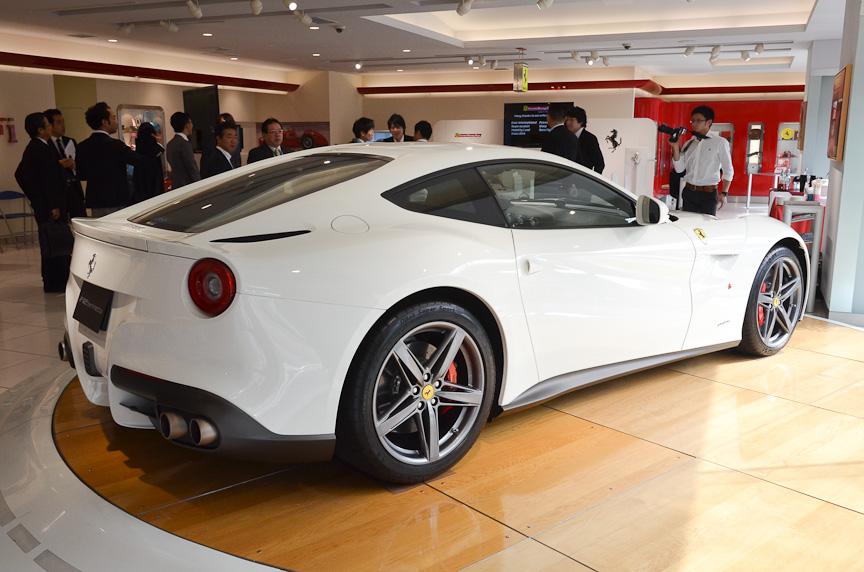 コーンズ栄に展示されていたV12エンジンを搭載するフラッグシップモデル「F12ベルリネッタ」