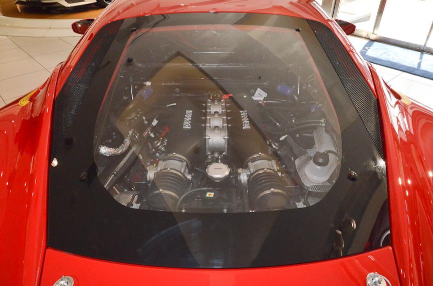 フェラーリ・チャレンジ用車両「458チャレンジ」。コックピットにはロールケージやバケットシートなどが装備され、メーターパネルやセンターコンソールはロード・ゴーイング・モデルとは全く異なっている