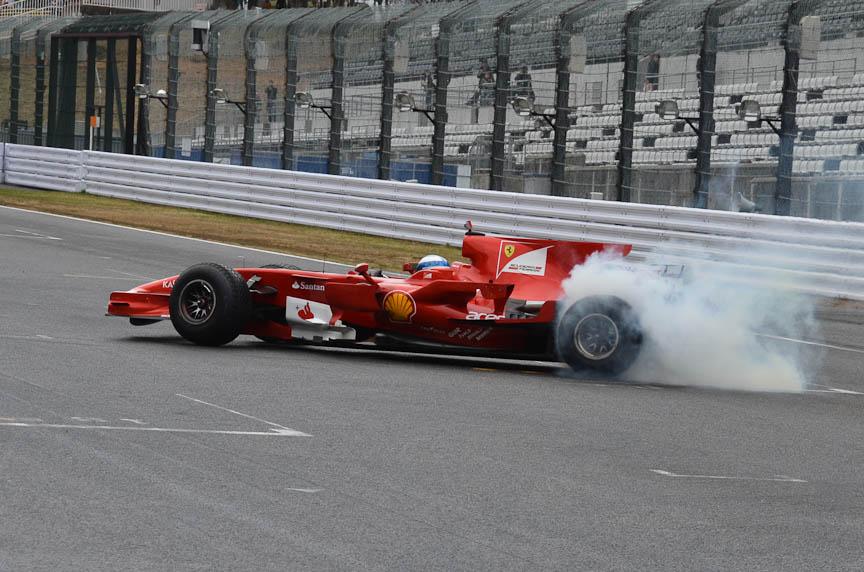 """前回のスペシャル・ゲスト・ドライバーはミカ・サロ氏。F1マシンをドライブしたほか、ゲスト参戦したフェラーリ・チャレンジでは""""オーバーテイク大会""""を繰り広げてくれた"""