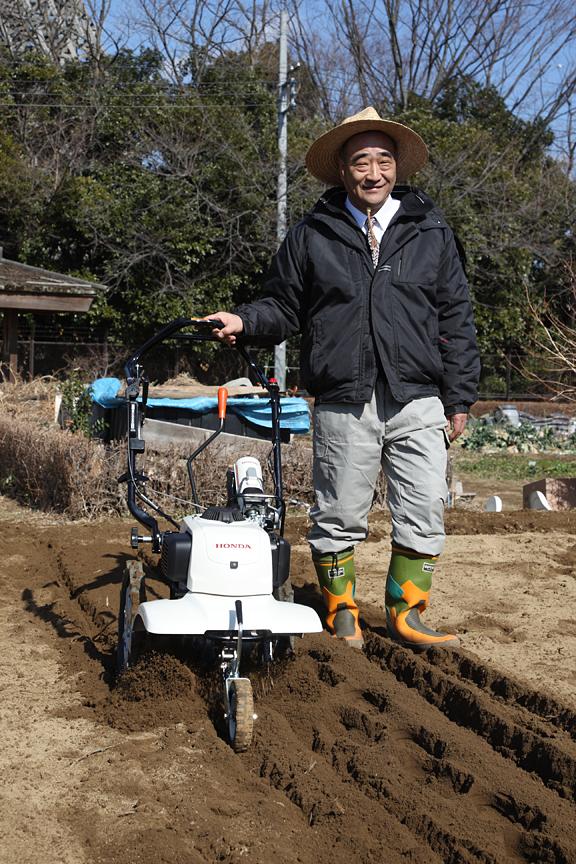 自ら耕耘機を操作して製品をアピールする志賀雄次本部長