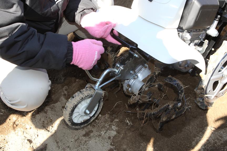 前輪の上下位置を調整することで耕耘時の深さを最大16cmまで調節可能