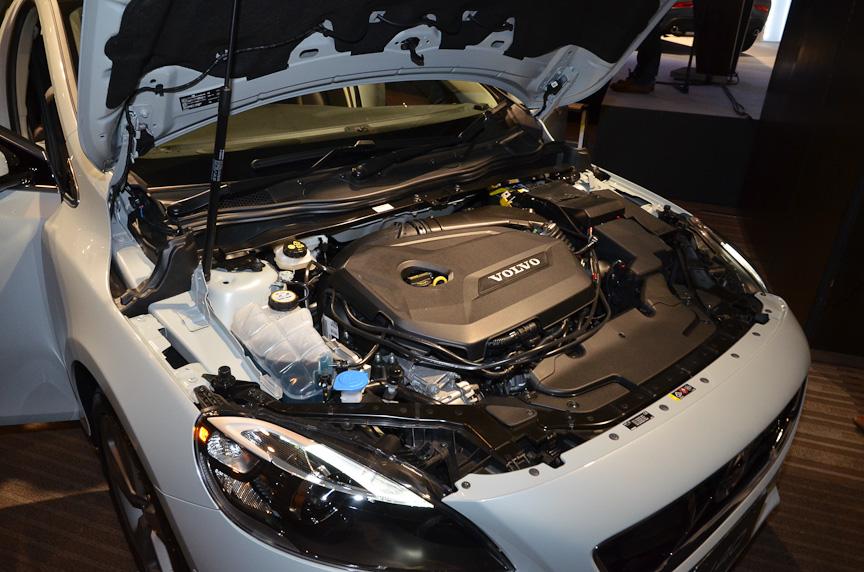 1.6リッターの直列4気筒直噴ターボエンジンを搭載。アイドリングストップ機構や電動パワーステアリング、スポーツモード付きデュアル・クラッチ・トランスミッションはボルボ初の装備だ。ブレーキエネルギー回生などと組み合わせ、JC08モード燃費は16.2km/L。75%のエコカー減税対象となる