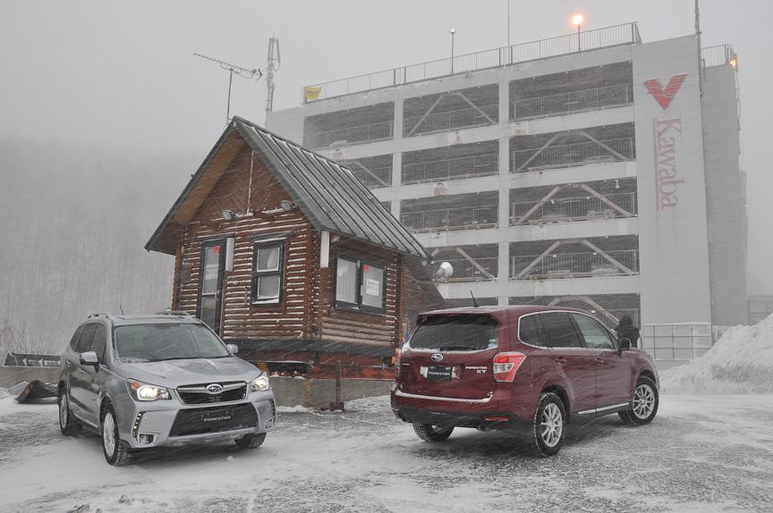 川場スキー場の立体駐車場前に並べられた新型「フォレスター」