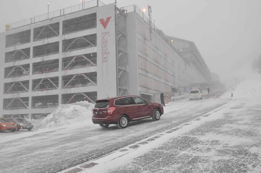 最初は立体駐車場前を上っていきヒルディセントコントロール体験。立体駐車場が6階まであるので、最終的な高さは、6階建てのマンションくらいか?