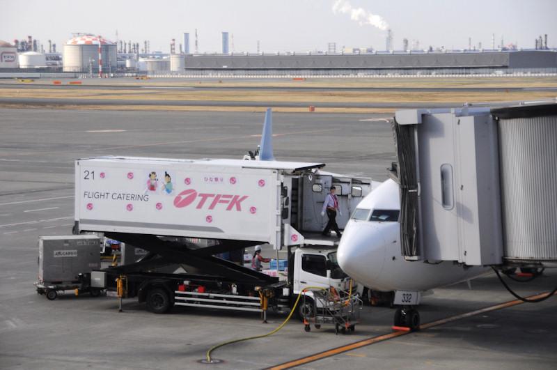 機内食を運び入れるフードローダーも、ひなまつりフライトに合わせて桃の花やひな人形のイラストでデコレーションされた
