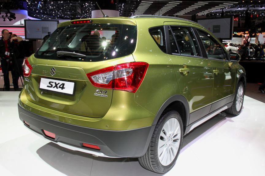 新型SX4。ボディーカラーは10色を用意しており、ホイールサイズは16インチか17インチから選択可能となっている