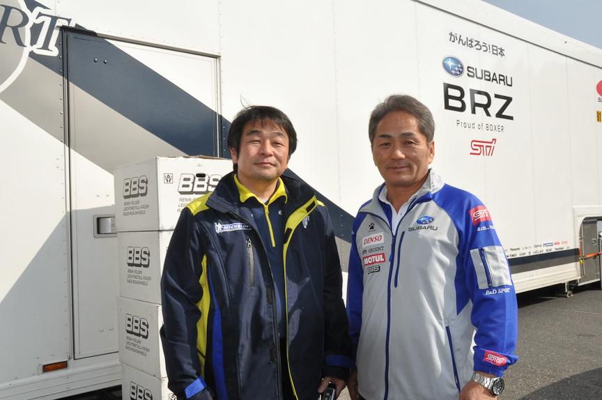 日本ミシュランタイヤの小田島広明氏(左)と、辰己監督(右)