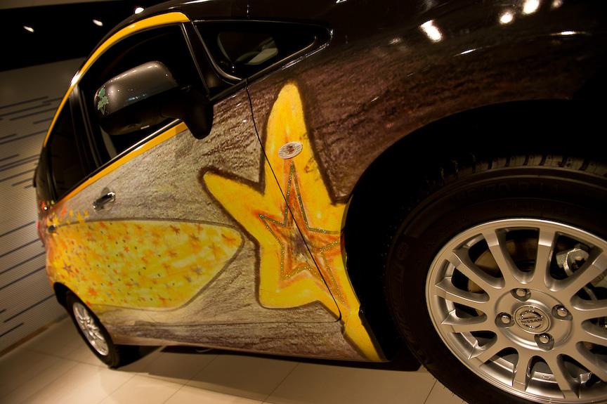 審査員特別賞を受賞したT.Aさんのデザイン。制作意図は「星に願いを込めて幸せになれるように、このデザインの星を見て乗っている人も外で見かけた人達も幸せな気持ちになってほしいと思いました。車が走っているときは流れ星のように見えれば素敵だと思います。夜になったら星の部分を黄色い部分(細かい星のところ)は光ってみえるように、蛍光塗料を使用したいです。最近では流れ星が見られなくなってしまったので、このデザインの車がたくさん走っていっぱい流星が見られたらどんな願い事も叶えてくれそうです」