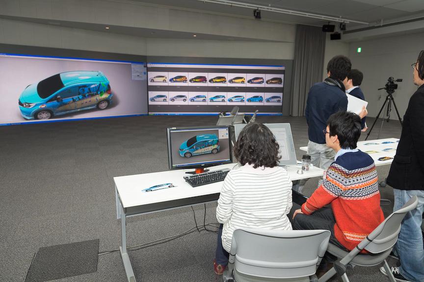 実際の車両にデザインを落とし込んでいく作業は厚木のグローバルデザインセンターで実施。実際にデザインのプレゼンで使用する、車両を1/1スケールで表示できる巨大スクリーンを使って作業が行われたと言う