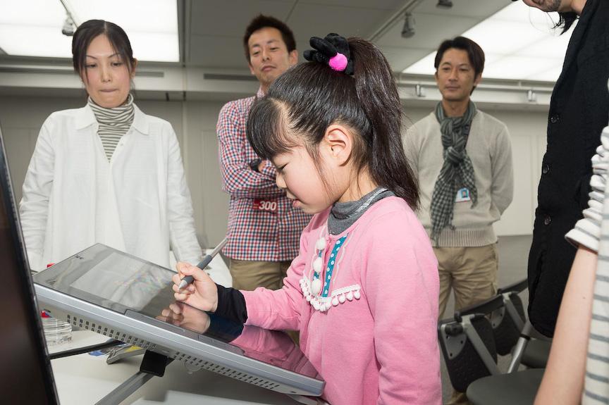 受賞者と谷中氏、吉沢氏らが一体となってデザインの詳細を詰めた(上段がM.Tさん、下段がT.Aさん
