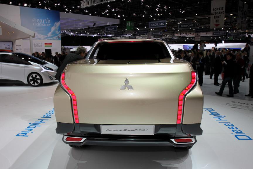 「GR-HEV」のボディーサイズは5420×1930×1775mm(全長×全幅×全高)、ホイールベース3000mm。パワートレーンは2.5リッタークリーンディーゼルに1モーターを組み合わせたハイブリッド。乗車定員は5名となる