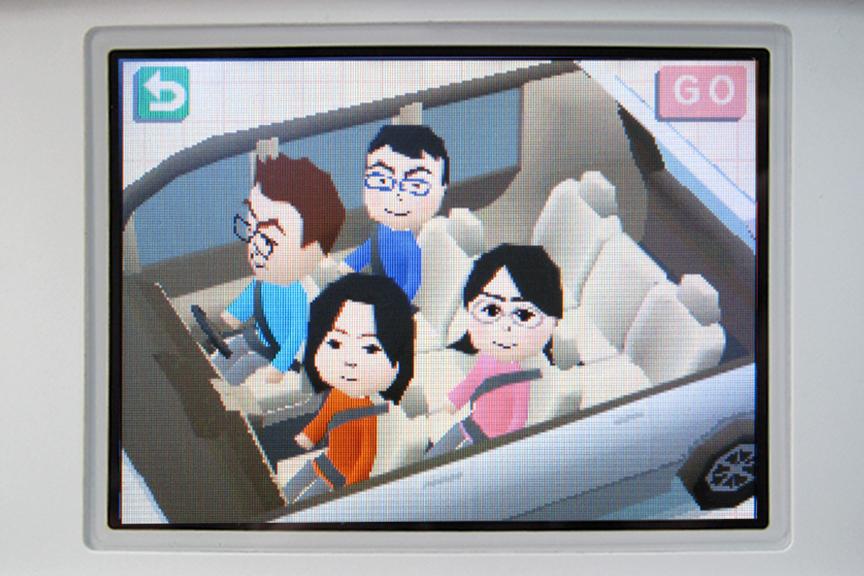「へ~、Miiを乗せるんだ、面白いね~……」。いいぞ、クルマでDS。さっきのダメージを確実に和らげてくれている
