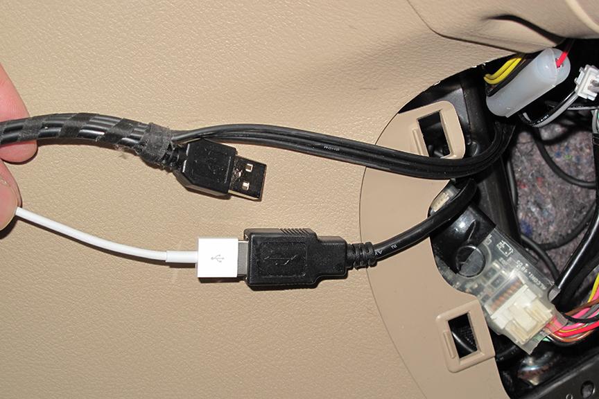 ビデオ対応iPhone/iPod接続コード IPC111のUSBコネクタに、iPhone 5用のLightning-USBコネクタを接続。この段階でどこまで認識できるか興味深い