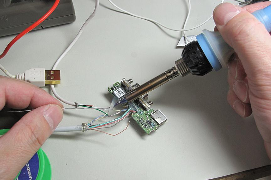 USB 2.0のDATA+とDATA-を探し出して、「最初だけ接続」「交互に接続」、まず無理だろうけども「並列接続」などで問題をクリアできないかどうか実験。クリア……できない……