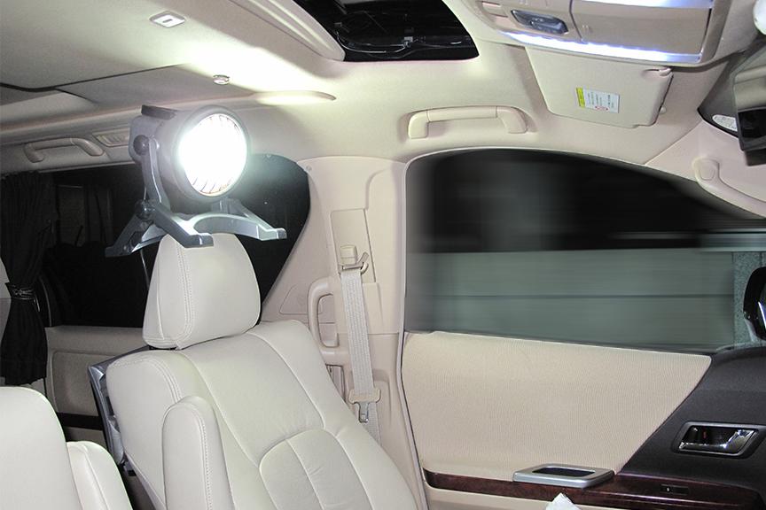 日中は何かと忙しいのでクルマイジリは夜になるという方も多いはず。現場用の蛍光灯式投光器は本当に便利。ハロゲン式は発熱が凄いので車内での使用には適しません