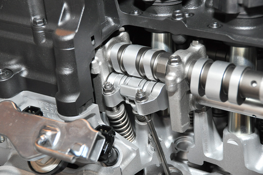 直列4気筒2.0リッターアトキソンサイクルガソリンエンジンのエンジンヘッド部。プロファイルの異なるカムが配置されているのが分かる