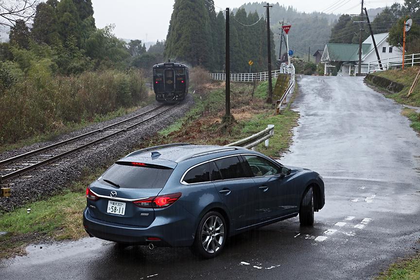推奨ルートは国道223号を霧島温泉へ向かい、宮崎自動車道 高原ICから南九州へと戻るもの。あれこれ撮影して若干遅れ気味だったため、国道223号から県道50号にショートカットして九州道の横川ICへと向かう。肥薩線沿いに北上し、途中寄り道して踏切を越えところで列車が通過した