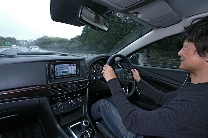 横川ICから乗り換えポイントの桜島SAへ向け、九州道を南下中。雨の高速道路も安心の性能