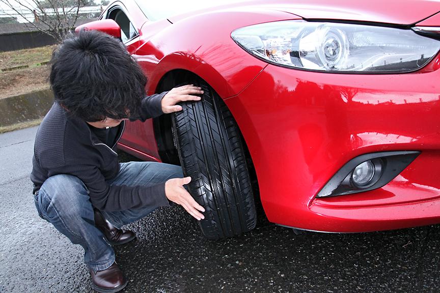 指宿スカイライン途中の駐車場でタイヤの状態を確認。ウェットグリップも確かで、アテンザのサスペンション性能がタイヤの性能を引き出している