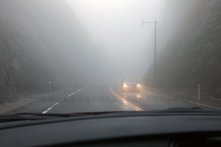 指宿スカイラインを走行中。天気が不安定で、雨が降ったり止んだりしたほか、一部区間では霧が出ていた