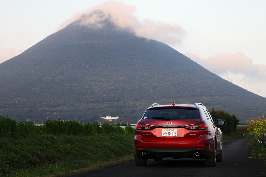 2日目。朝の開聞岳を望むアテンザ ワゴン。日本には素敵な景色がたくさんある