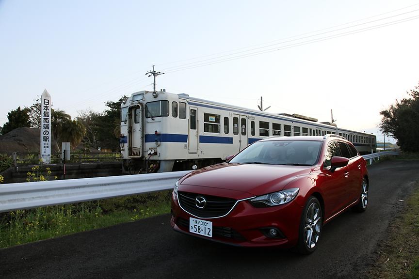 JR最南端の駅「西大山駅」とアテンザ ワゴン。以前は日本最南端の駅だったが、沖縄に鉄道ができてJR最南端となった