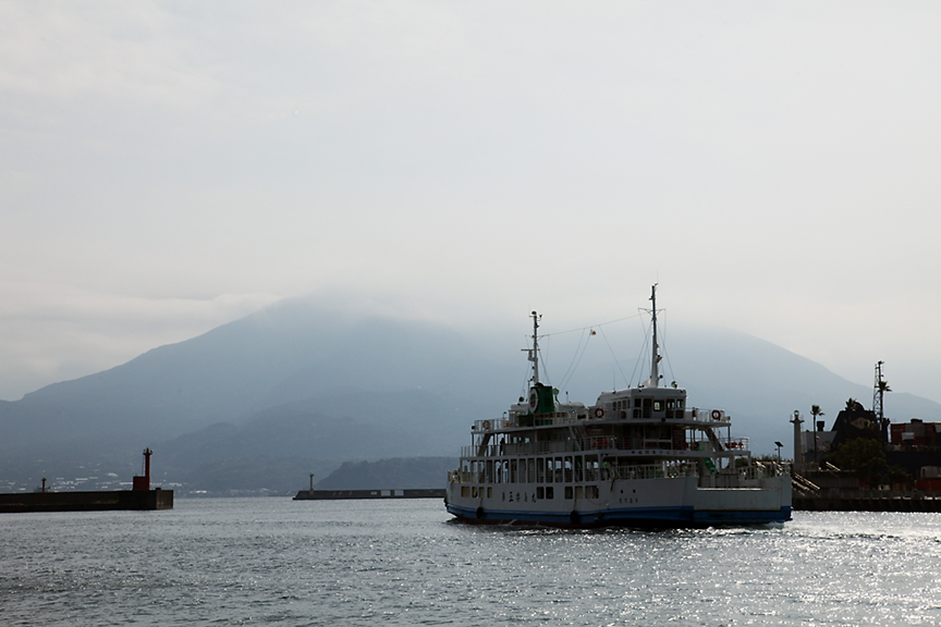 鹿児島市内側から桜島を望む。桜島の上部は、ガスっており、全景を見ることはできなかった