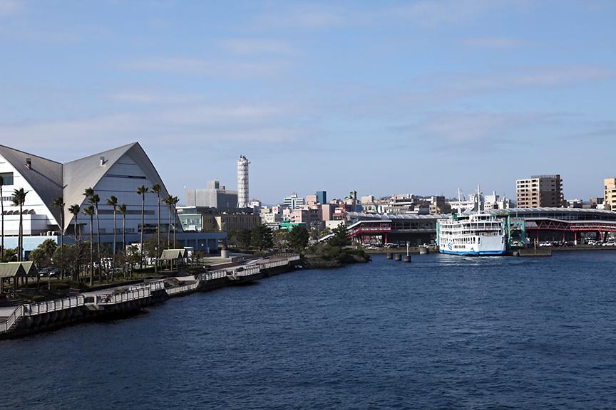 鹿児島市内側の桜島フェリー発着場。朝のラッシュ時などは、10分間隔でフェリーが出航してるようだ