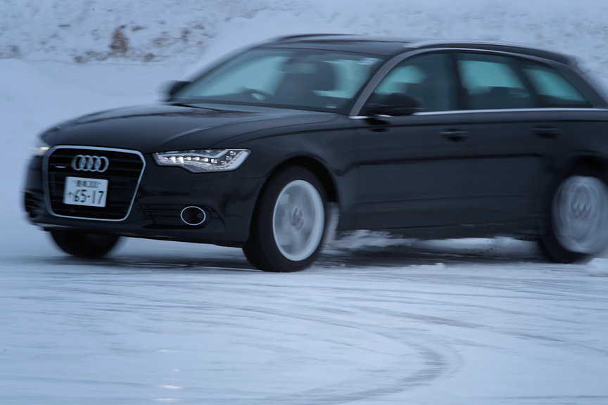 S8、S4、A6 アバントを乗り比べてみると、スタビリティコントロールの介入の仕方が三車三様なのが分かる。サイズや重量が違えばスタビリティコントロールのセッティングも変わるのは当然だが、S8はS4やA6 アバントよりもより介入が早く、挙動をマイルドにする方向で動作する。高級モデルは高級モデルらしく、スポーツモデルはスポーツモデルらしく、クルマのキャラクターに合わせてスタビリティコントロールが設定されている