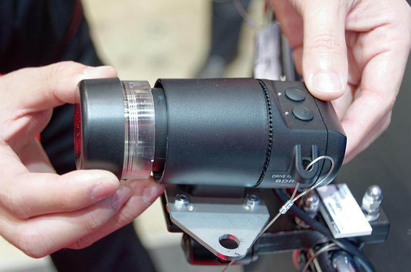 レンズカバーは傷が付いたら交換可能。レンズ角度も調節できる
