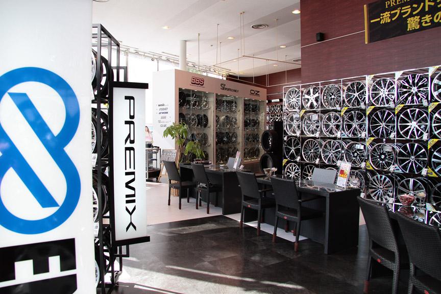 リニューアルされたばかりのタイヤ&ホイール館 フジ。駐車場のすぐ裏が、第三京浜 港北ICという立地。店内には大量のホイールが飾られている