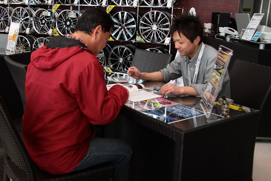 フジ・コーポレーションの菅原健太郎サブマネージャーに話しを聞く筆者。パイロット スポーツ 3、エンケイのPF01とも初対面