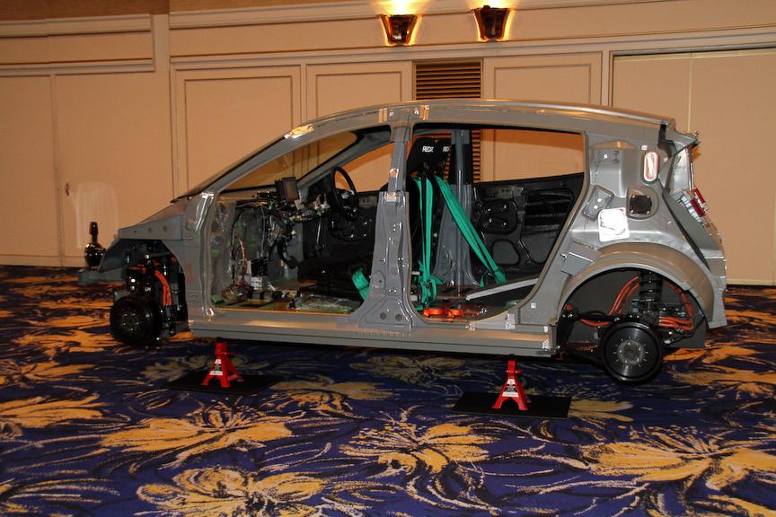先行開発車事業第2号「SIM-WIL」のカットモデル