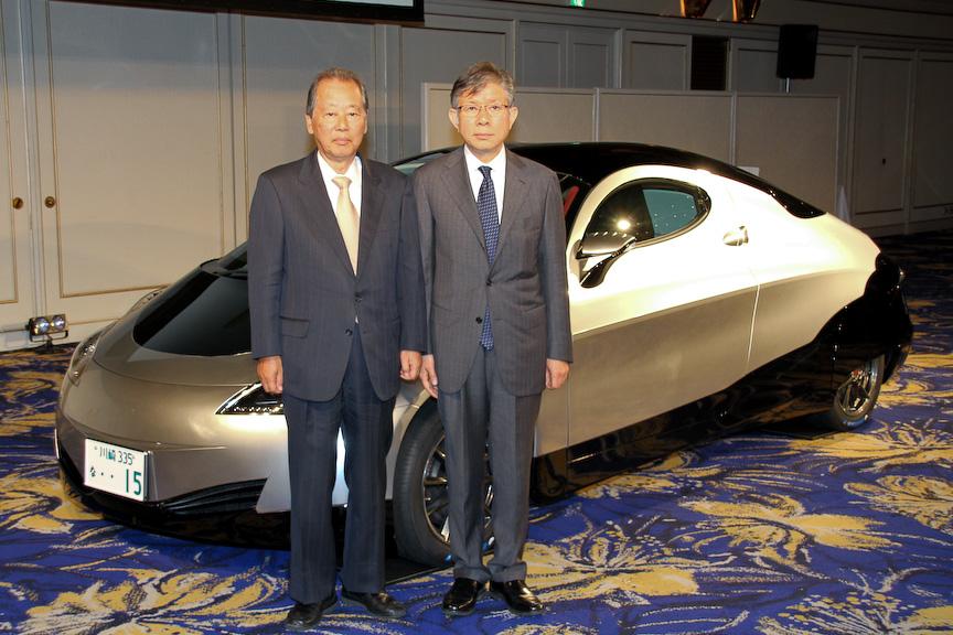 シムドライブの福武總一郎会長(左)と清水浩代表取締役社長、EV先行開発車事業第3号「SIM-CEL」