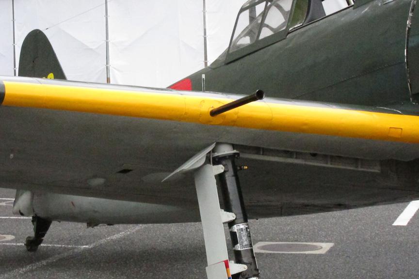 展示機は零戦五二型のため、ドラム給弾式の九九式20mm二号機銃三型を装備する。ドラム給弾のため、機銃後方翼下面に出っ張り(バルジ)が見える