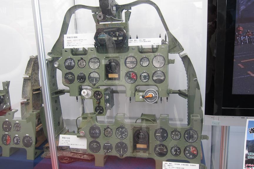 零戦五二型の展示と関連して特別展示も行われている。これは零戦の計器板。計器板上方の両脇の空間は、7.7mm機銃の後部が突き出すためのもの