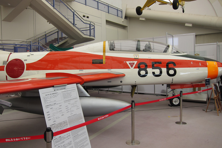 所沢航空発祥記念館内に常設展示されている、富士重工業のジェット練習機「T-1B 初鷹」。初の国産ジェット練習機になる