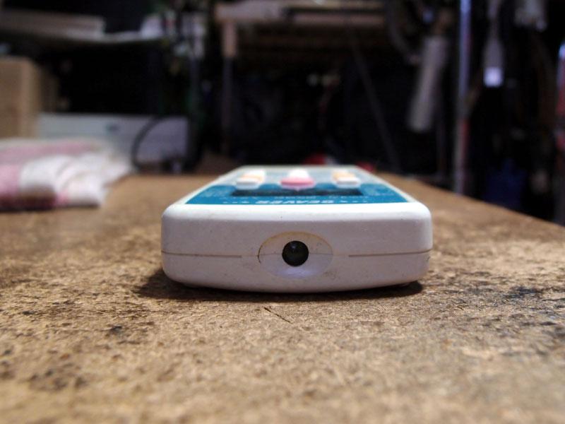 Photo01:筆者宅のクーラーのリモコン。穴の開いている場所に赤外線LEDが仕込まれているが、勿論目では見えない