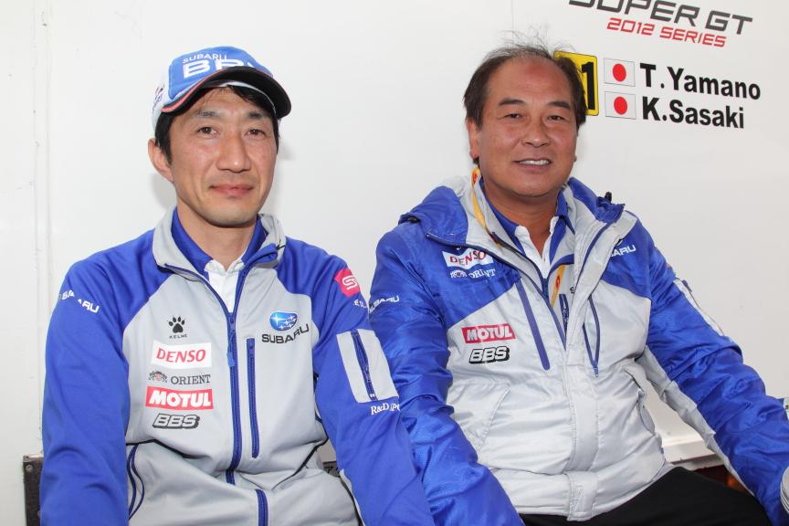 写真左がR&Dスポーツ テクニカルコーディネーターの澤田稔氏。右はR&Dスポーツ代表 本島伸司監督