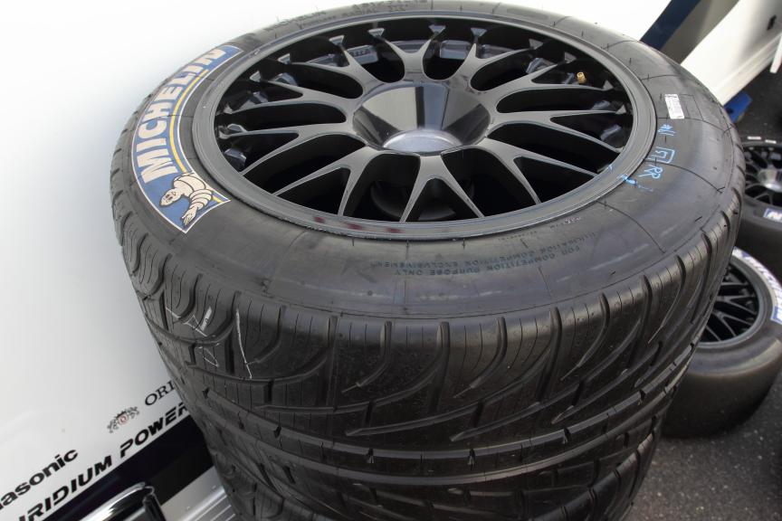 タイヤはヨコハマタイヤ(横浜ゴム)からミシュランへ変更。BRZはGT300クラス唯一のミシュラン装着車となる。昨年は前後異なっていたサイズは前後とも同サイズとなった。各タイヤメーカーの個性が出るレインタイヤのパターンは昨年とまったく異なる