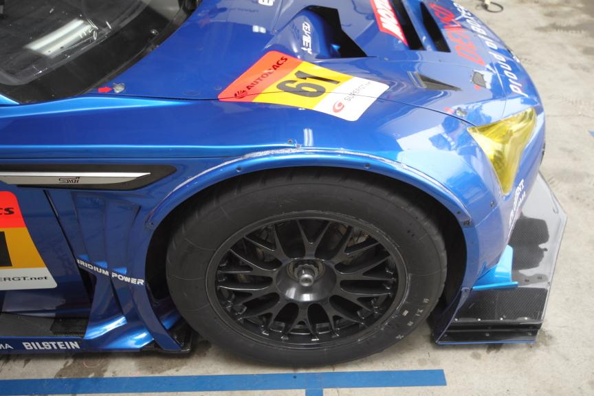 昨年はシーズン途中のタイヤ変更に伴ないオーバーフェンダーで幅が拡張されていた