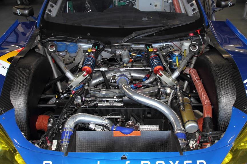エンジンの搭載位置はより後方へ移動したが高さに変更はない(写真左、中)。写真右は昨年オートポリスの時のエンジンルーム。細部に変更が見られる