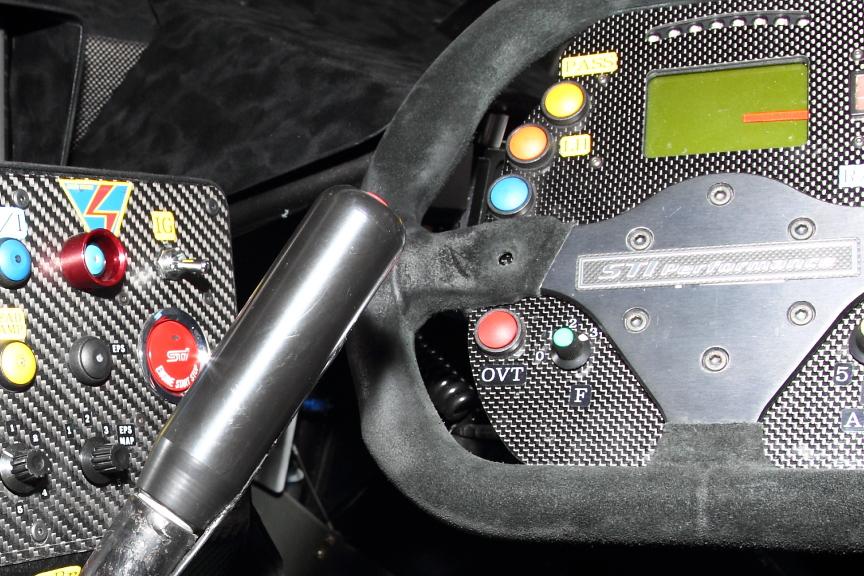 写真の左側に見える赤いスターターボタンは市販車のSTIモデルと同じボタン。STI車ユーザーにはちょっと嬉しいトリビアか