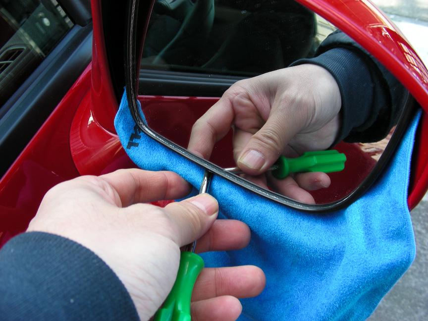 柔らかい布などを隙間に入れつつドライバー等でこじ開ける