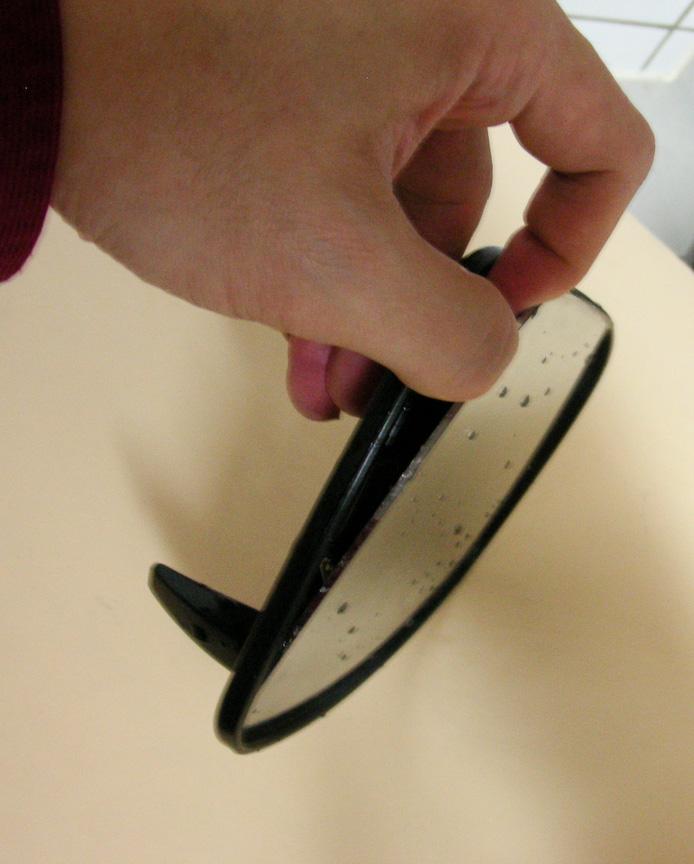熱湯に浸されたことにより台座パーツは軟質化し、フレーム部が曲がり指を入れられるようになる