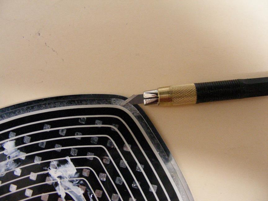 筆者の場合、デザインナイフで「剥がし始め」の取っ掛りを作り出した。熱線シートを切らないように慎重に作業したい